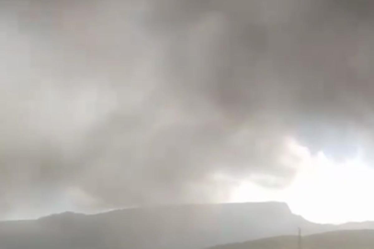 В Северо-Курильске машины, дома и дороги покрыл пепел /Скриншот
