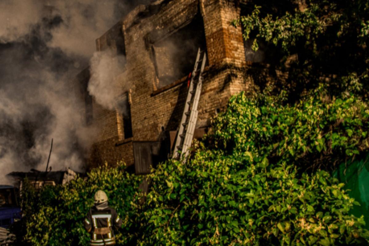 В Киеве сгорел дом и три машины, есть пострадавший / фото facebook.com/DSNSKyiv