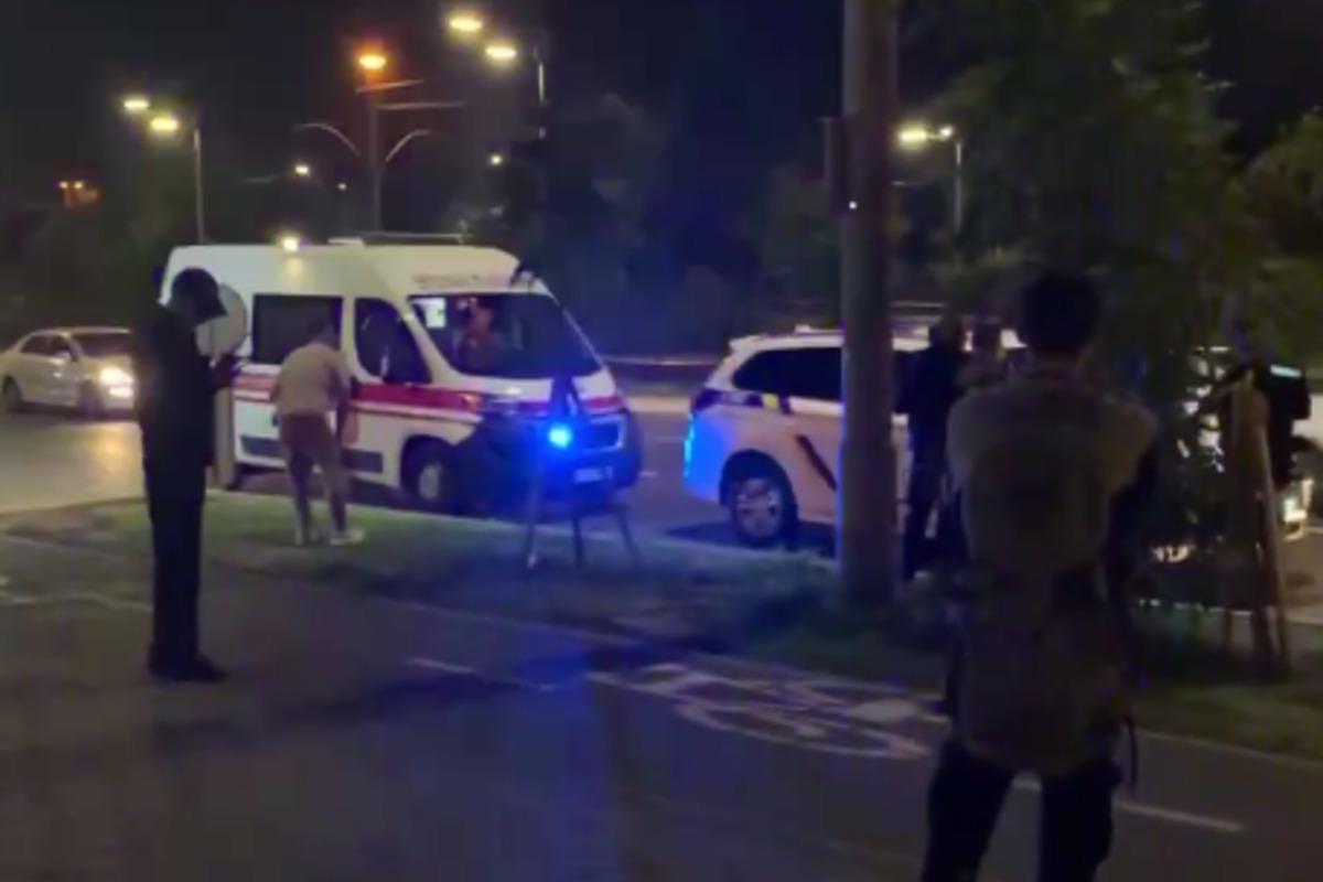 В Киеве иностранцы на авто устроили езду по тротуарам, им помешали прохожие / Скриншот