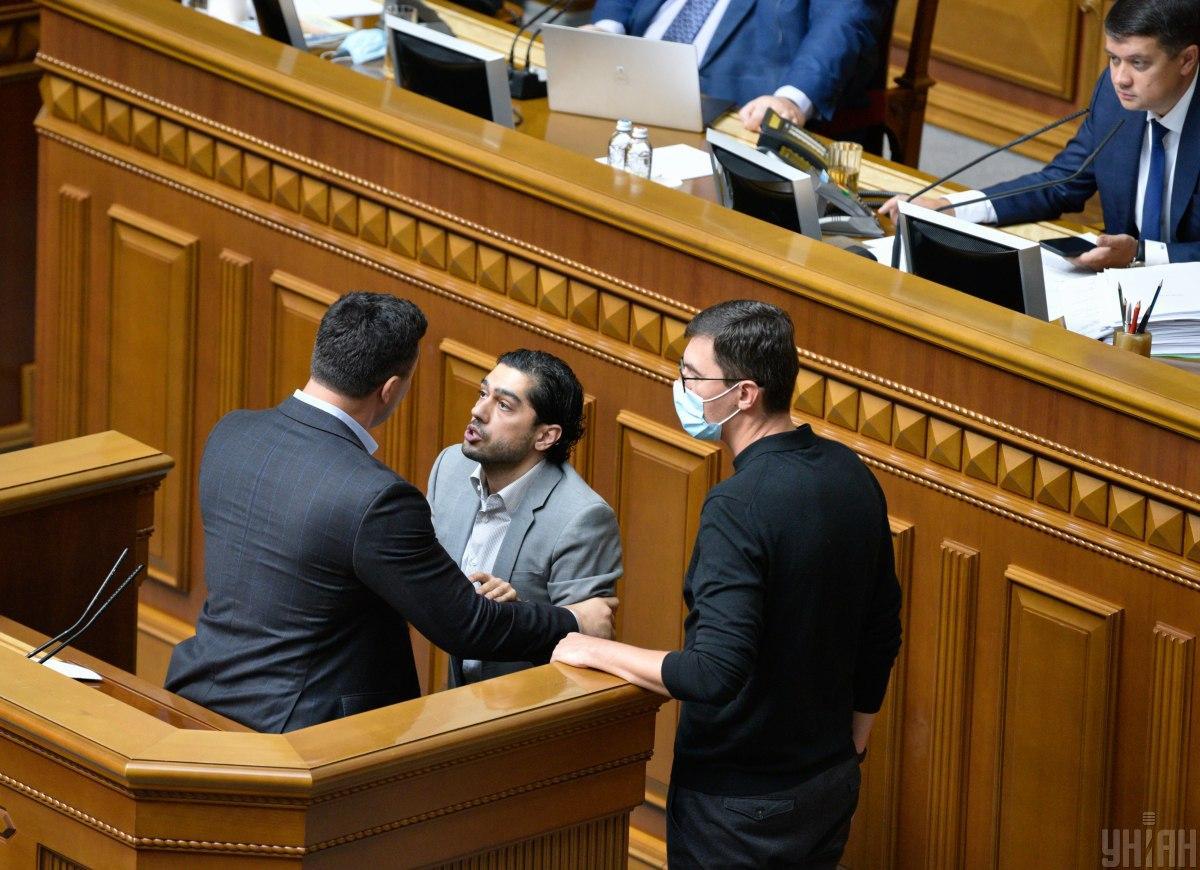 Тищенко подошел к трибуне и пытался вывести Лероса из-за трибуны / фото УНИАН, Максим Полищук