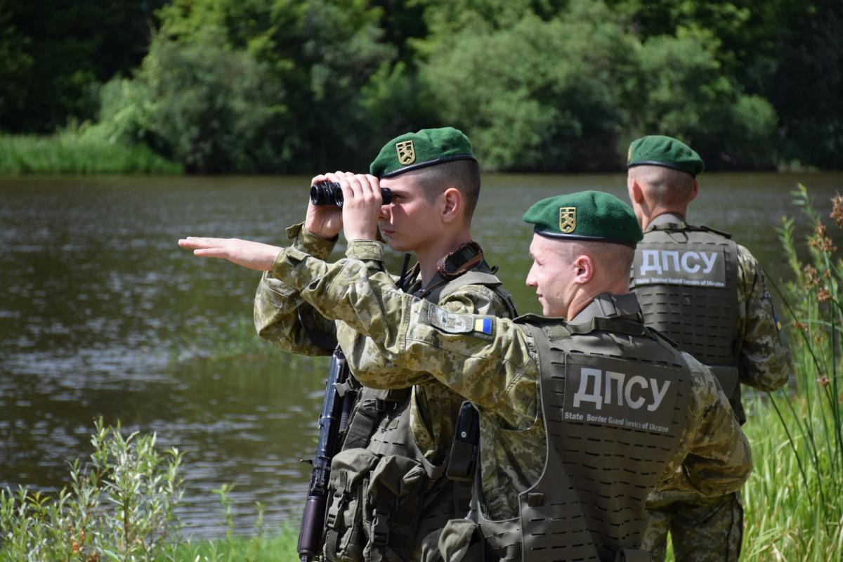Границу круглосуточно патрулируют наряды со служебными собаками, авиация и катера / фото ГПСУ