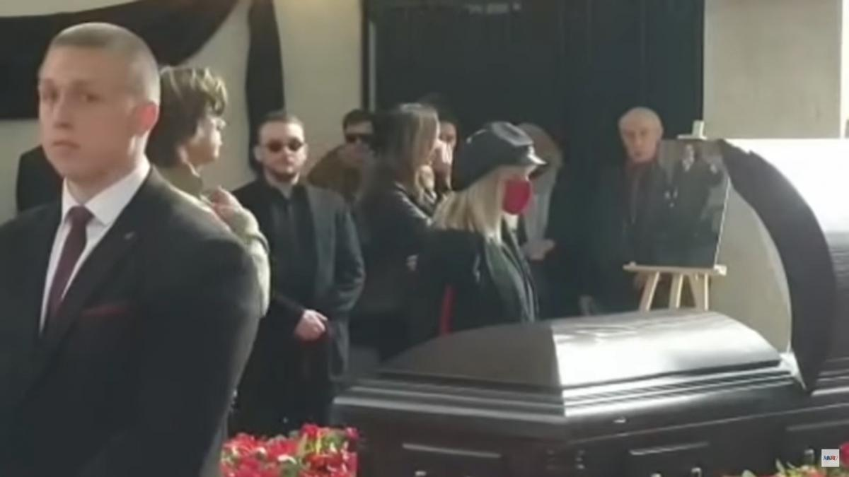 Пугачева почти не снимала красную маску с лица / скриншот из видео