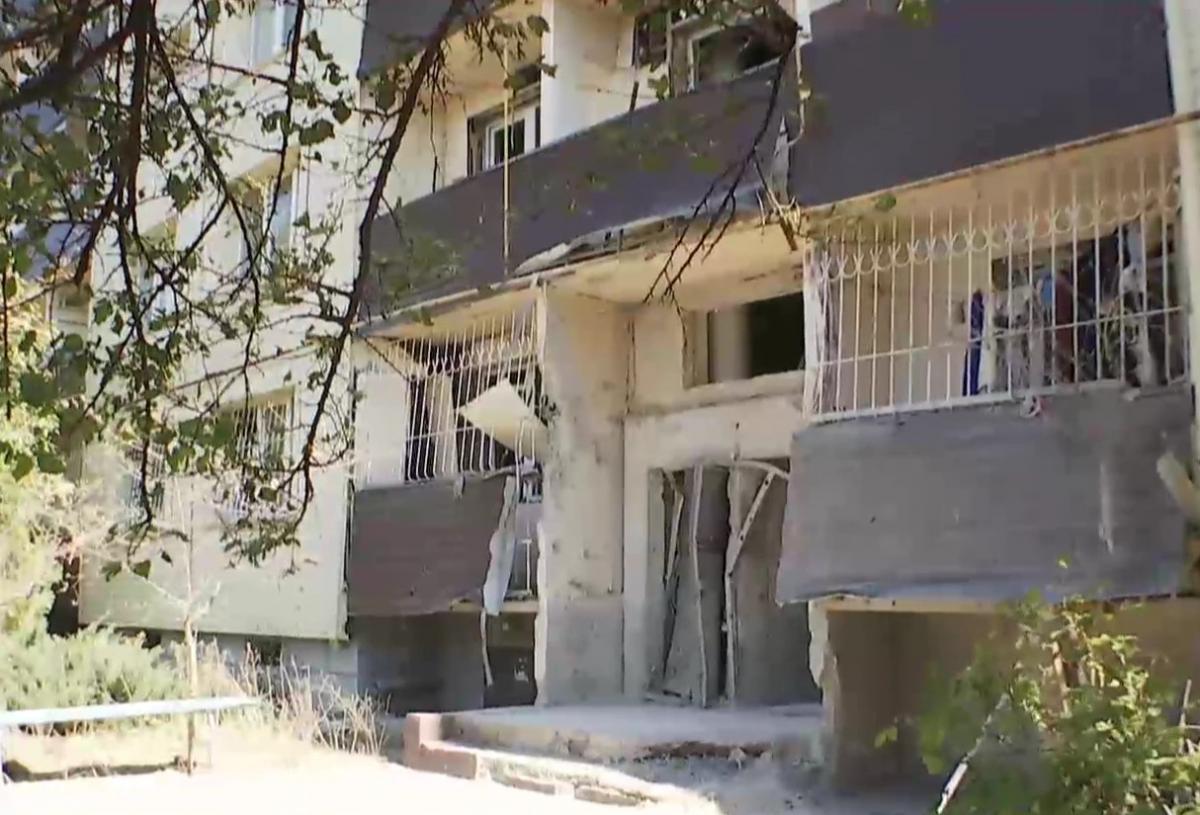 Боевики на Донбассе обстреляли жилые дома / скриншот