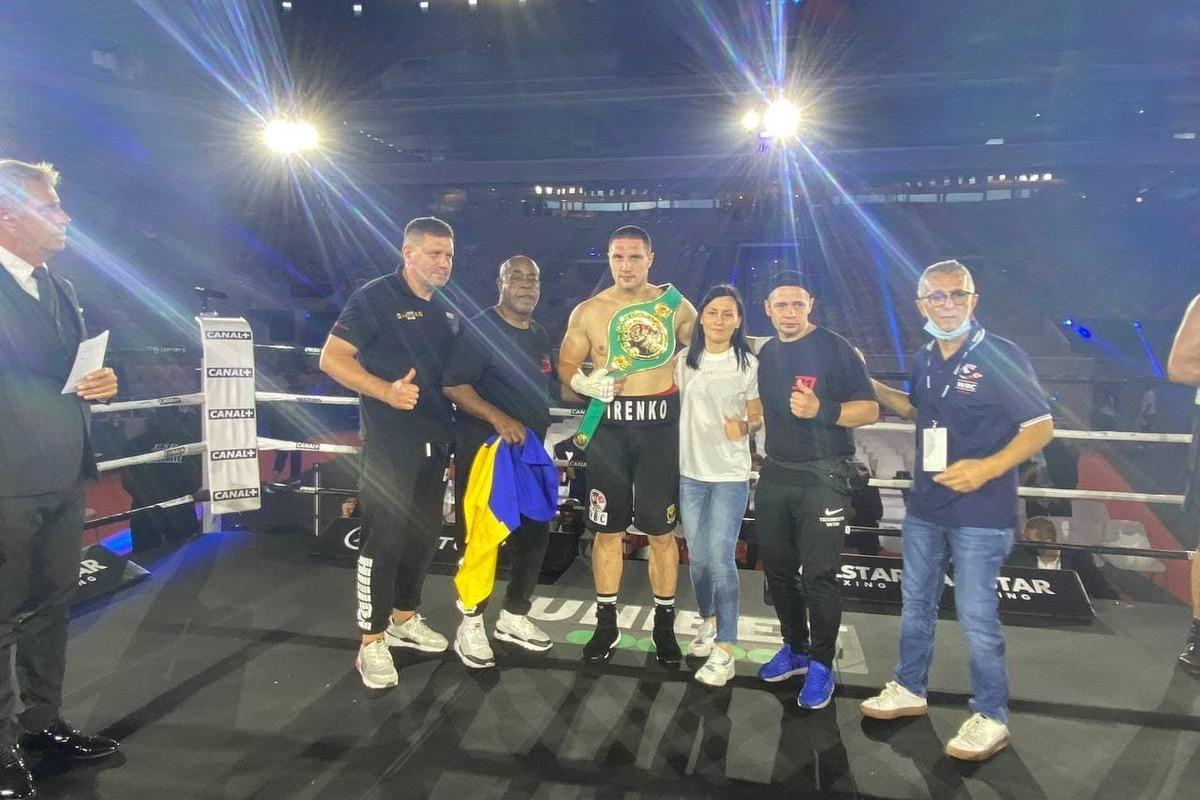 Владислав Сиренко (с поясом) выиграл в главном бою вечера / фото В1 Boxing Promotions
