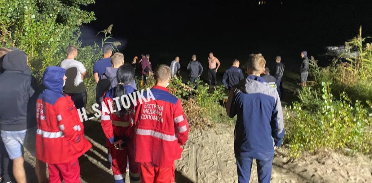 Спасатели пытаются достать авто из воды / ХС   Харьков