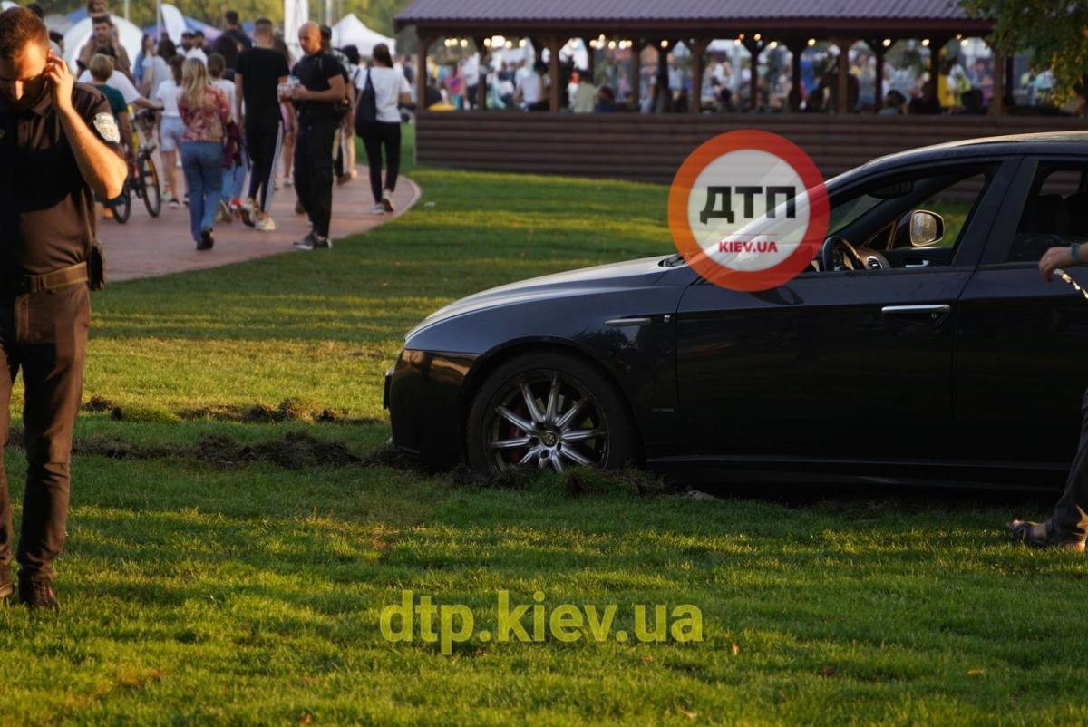 Водитель припарковал авто прямо на газоне / фото: dtp.kiev.ua