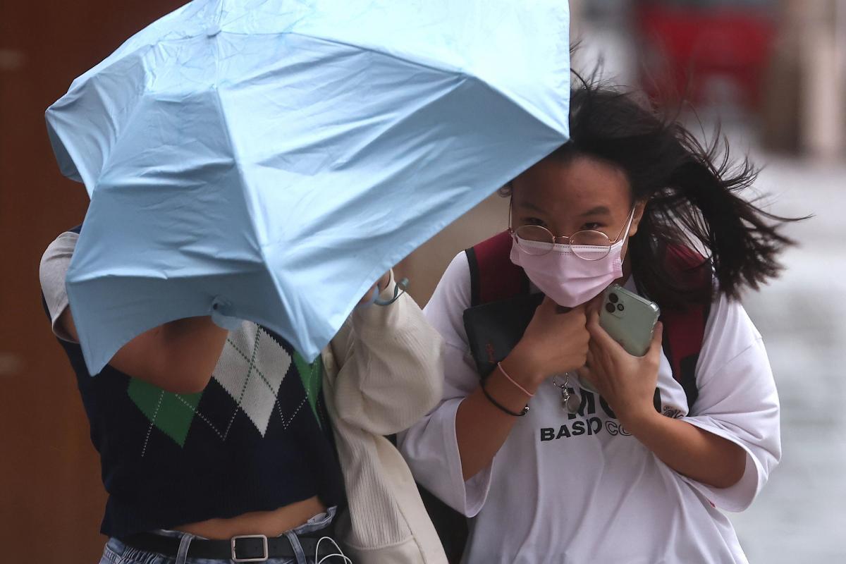 До Шанхаю наближається сильний тайфун / фото REUTERS