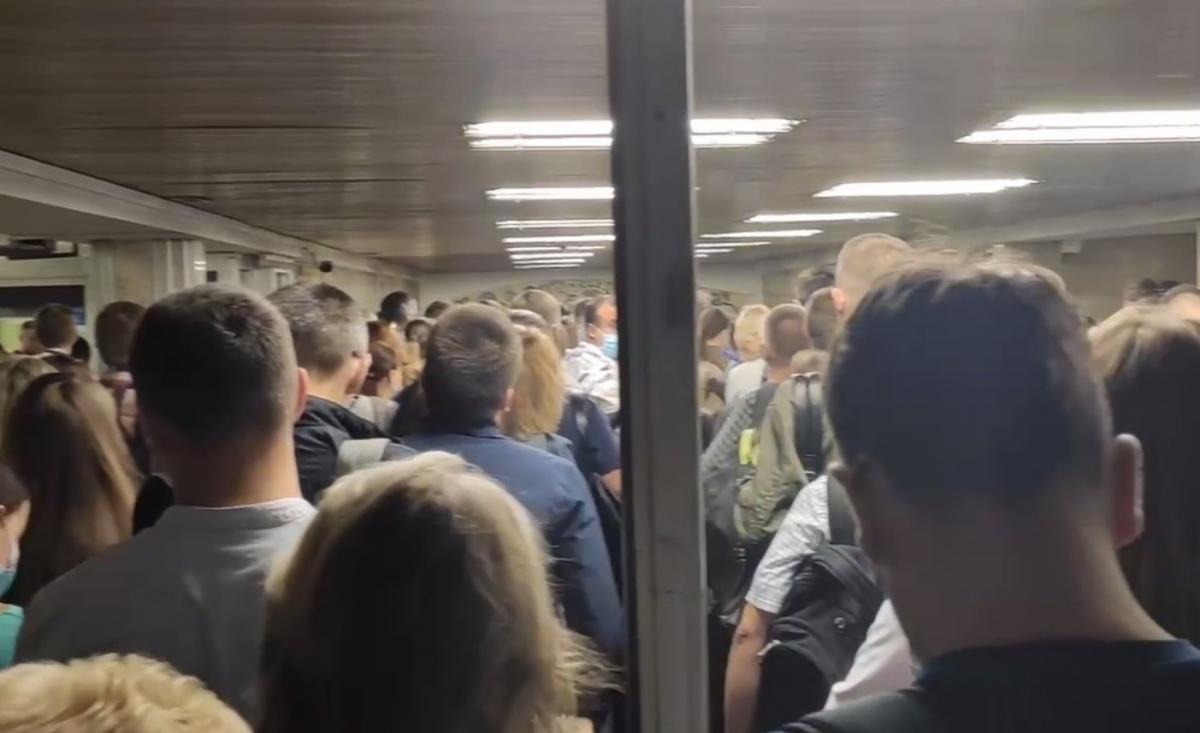 """Вхід на станцію """"Мінська"""" сьогодні вранці / скріншот з відео"""