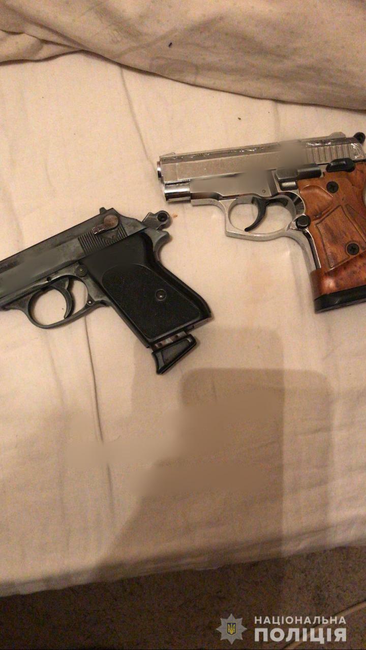 Поліцейські виявили та вилучили два пістолети/ фото НПУ