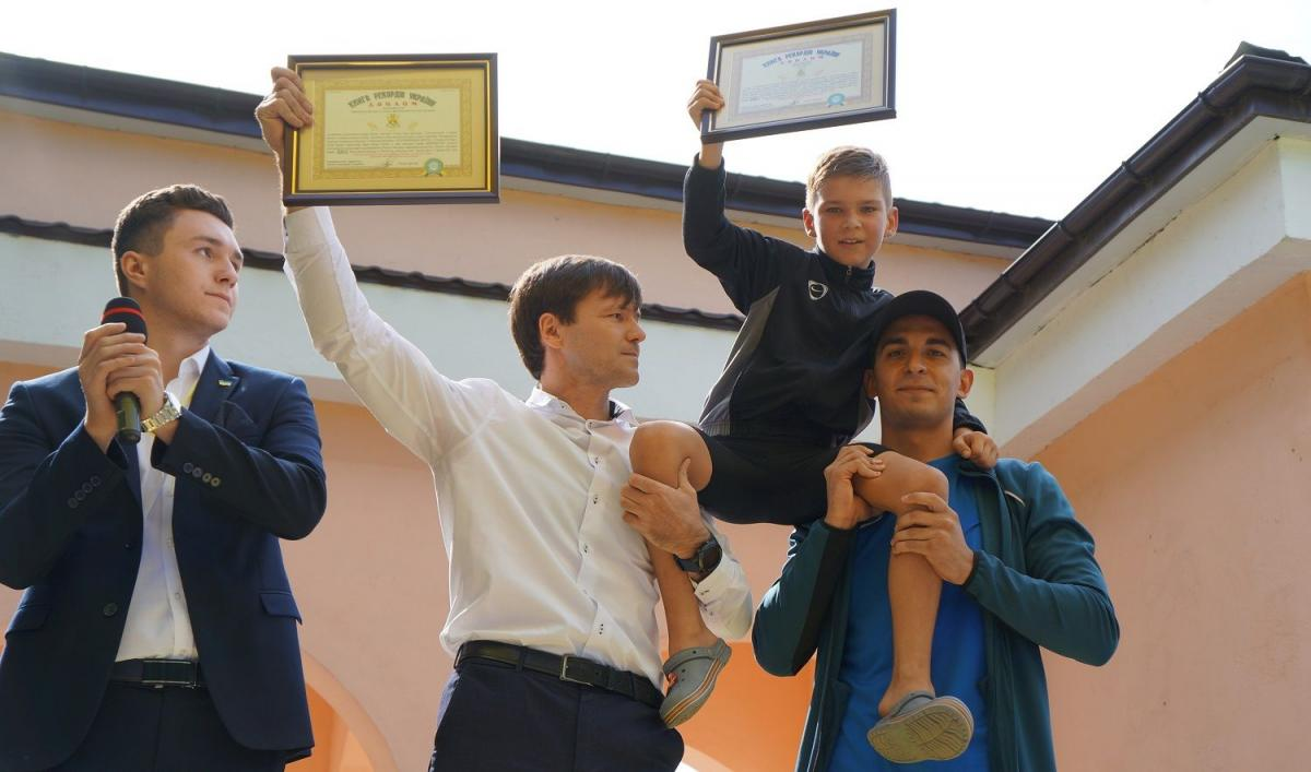 Артем Захаров получил диплом / фото iz.com.ua