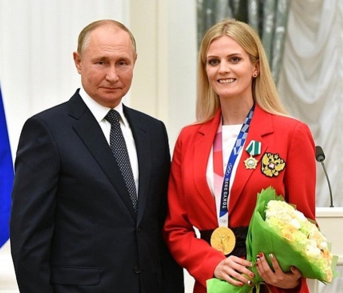 """На честь """"радісної"""" зустрічі з Путіним Голядкіна навіть зробила манікюр з прапором РФ / фото - instagram.com/marina_gold13"""