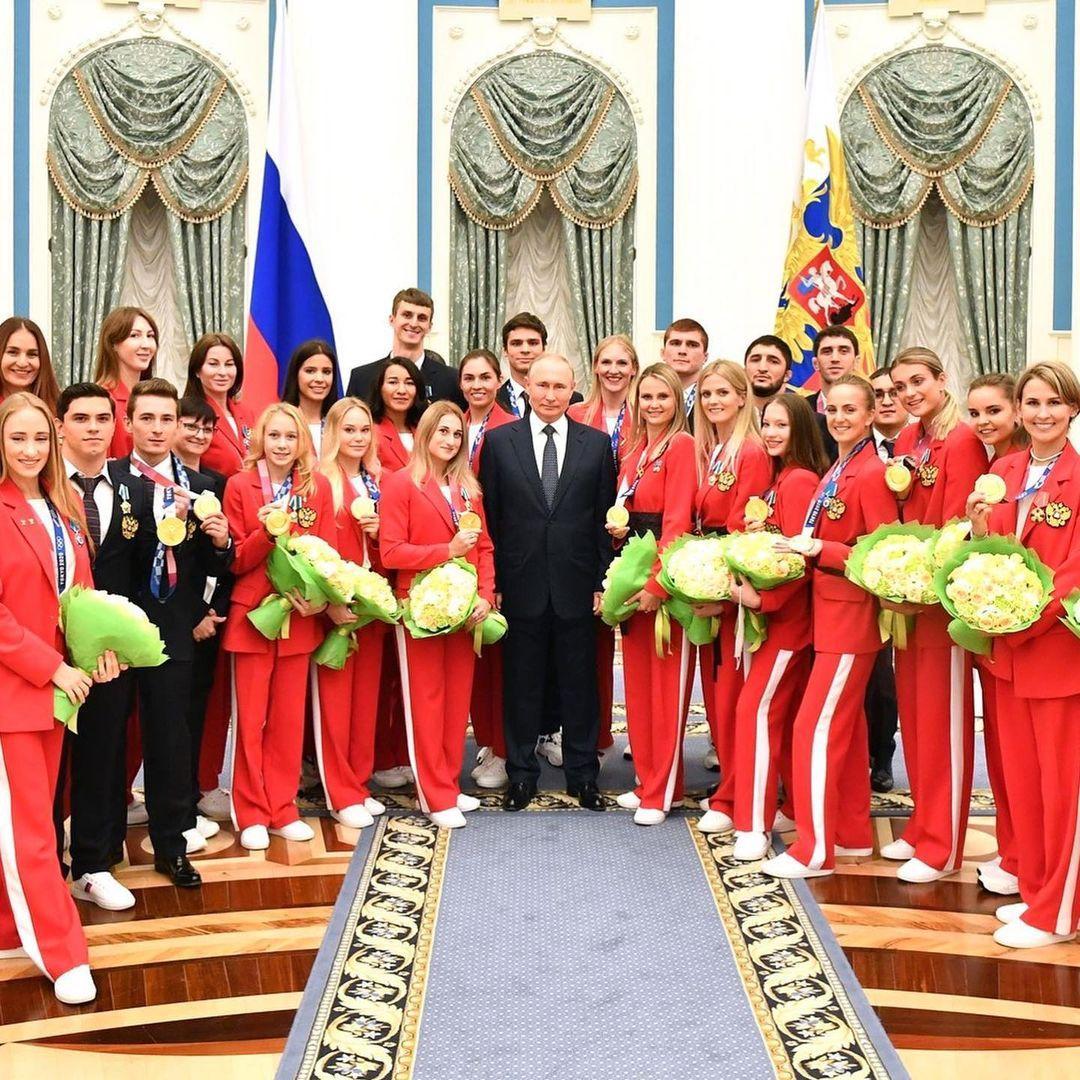 Голядкіна позує поруч з Путіним та іншими спортсменками РФ / фото - instagram.com/marina_gold13