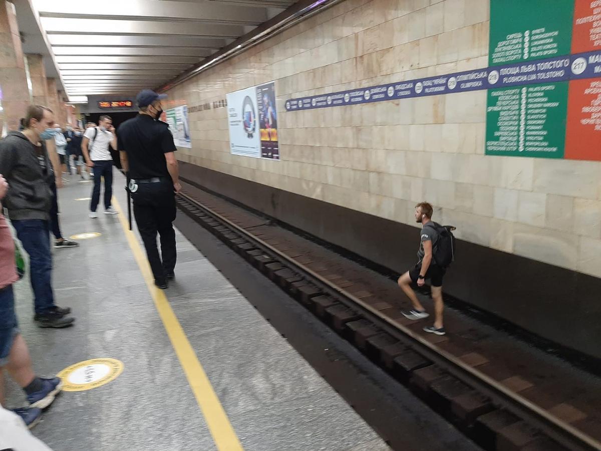"""У підсумку пасажир вистрибнув на рейки й намагався """"йти пішки"""" / фото Facebook Вахтанг Кипиани"""