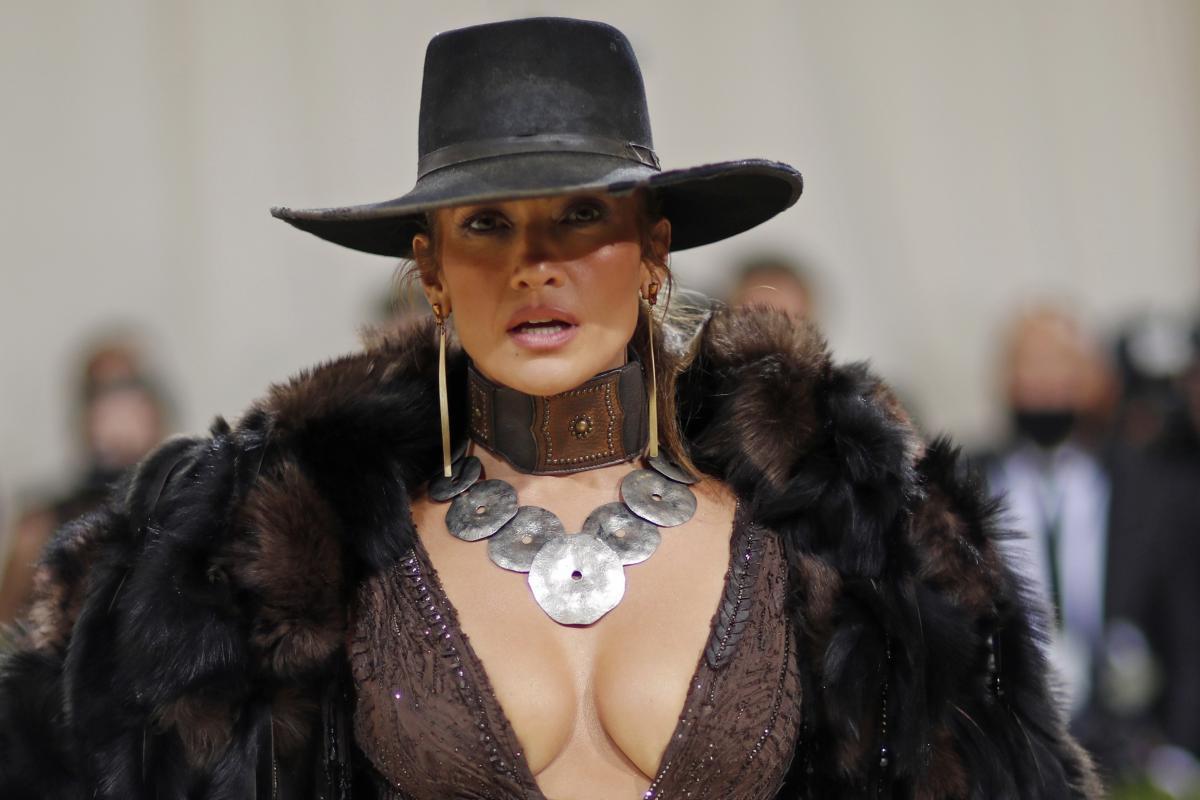 Дженифер Лопес в очередной раз ошеломила сексуальным нарядом / REUTERS