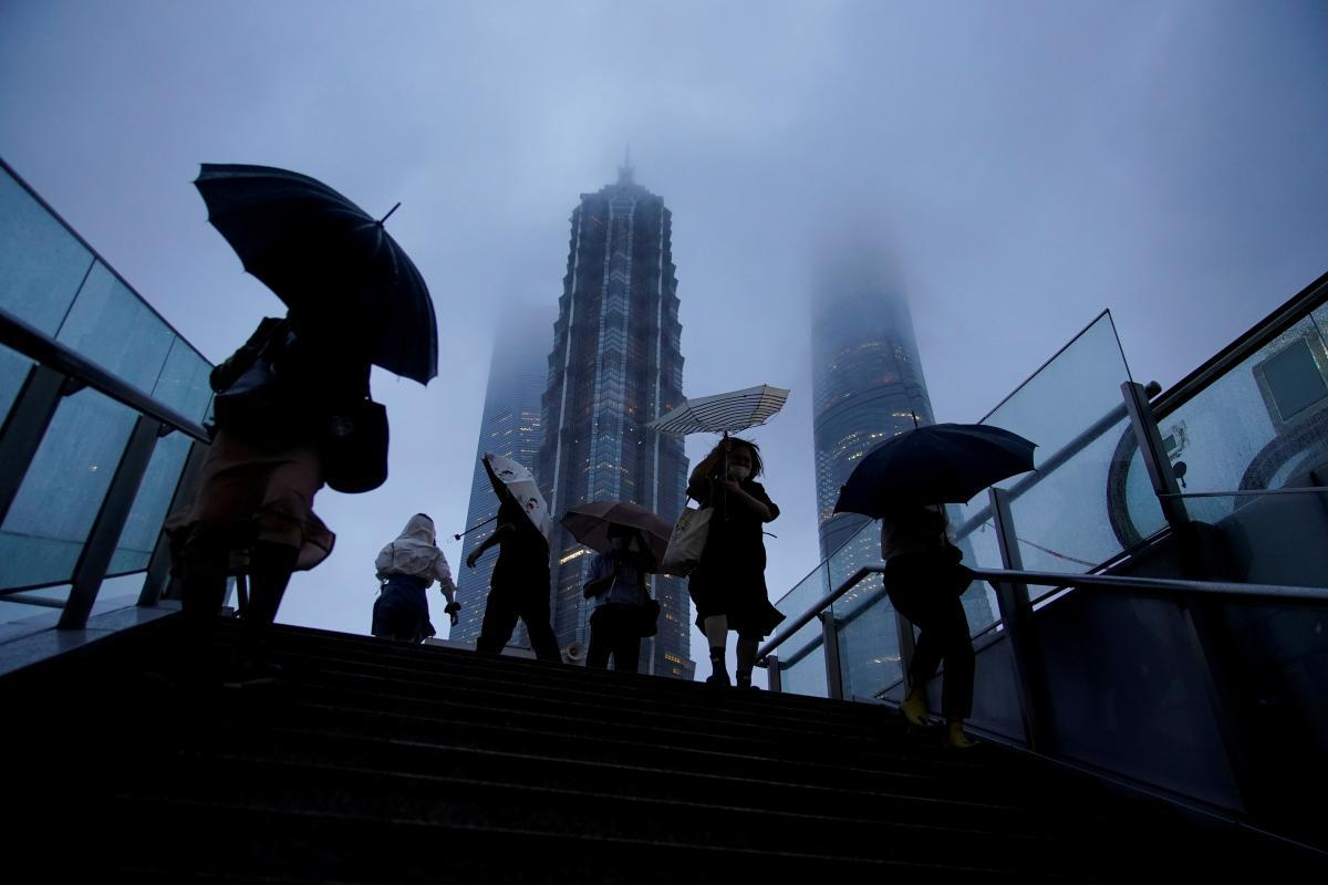 """У Шанхаї вирує тайфун"""" Чанту """" / фото REUTERS"""