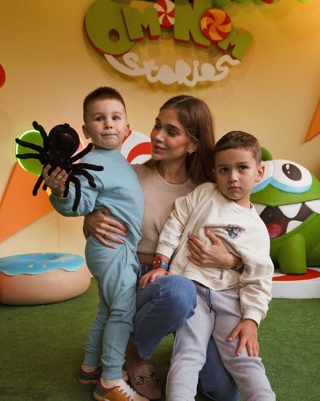 Саша Пустовит с сыновьями / instagram.com/sashaabo