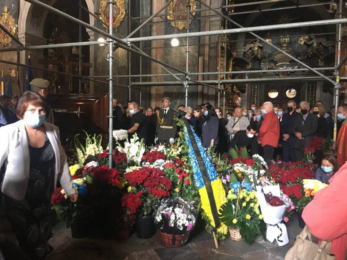 Гроб ветерана утопал в живых цветах / фото УНИАН Мирослава Бзикадзе