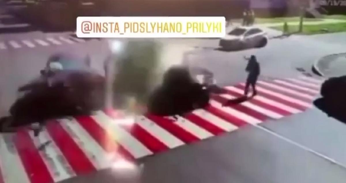 Видео странной реакции пешехода появилось в сети 16 сентября / скриншот