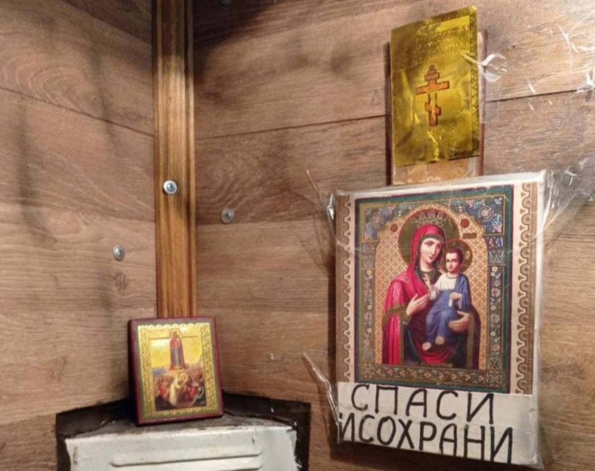 У київському ліфті повісили ікони / фото t.me/kievnewslive