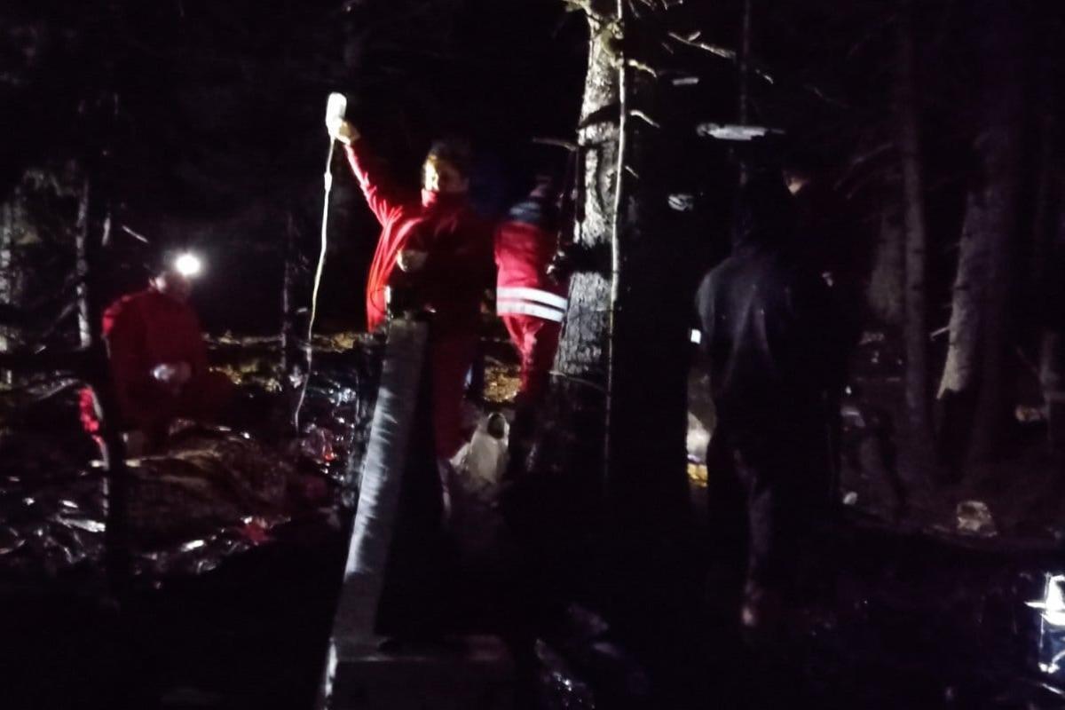 Людей, травмованих у результаті вибуху в Карпатах, рятувальникизносили упродовж ночі / фото ГУ ДСНС України в Івано-Франківській області