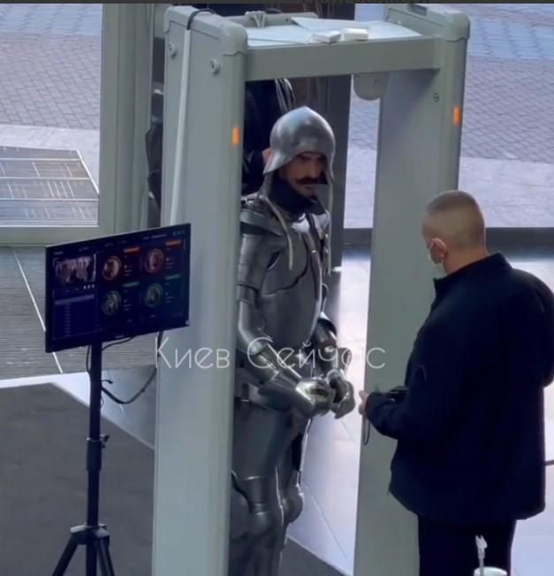 В ТРЦ Киева не впустили рыцаря / скриншот