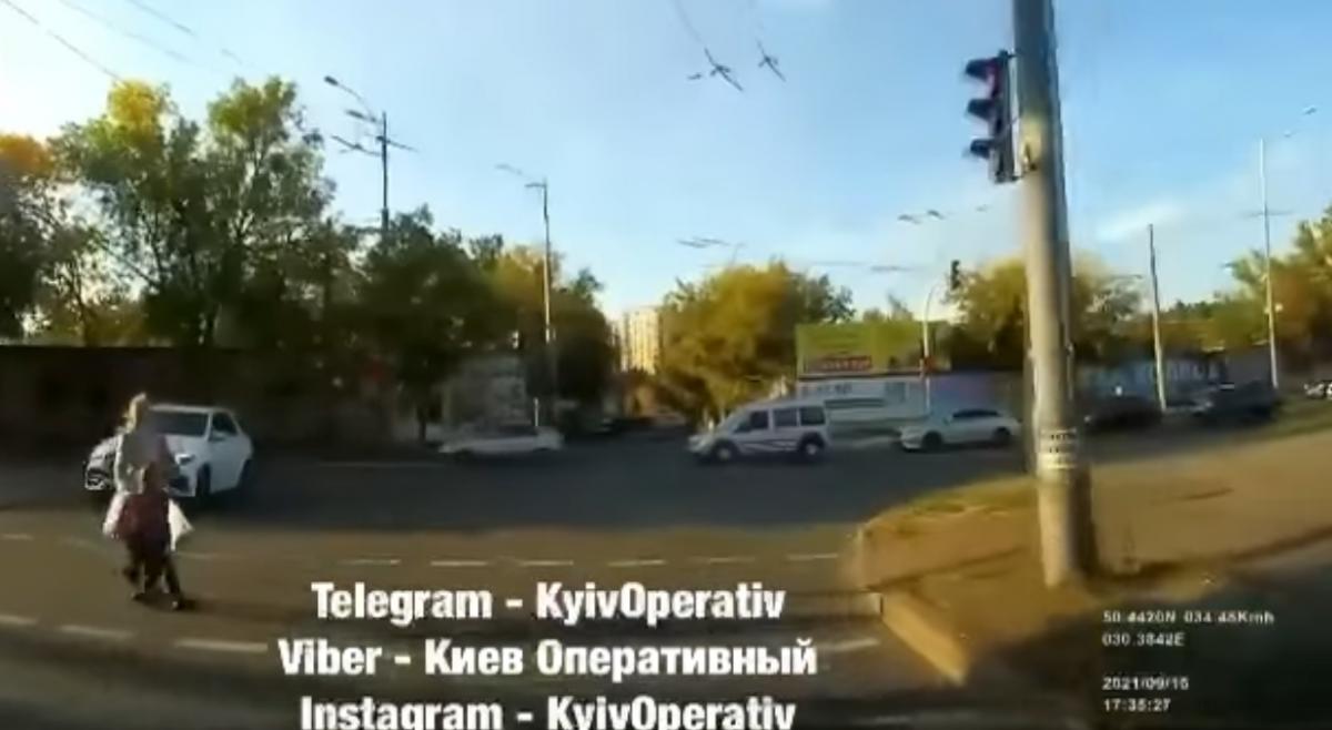 Жінка з дитиною раптово вискочила на дорогу / скріншот