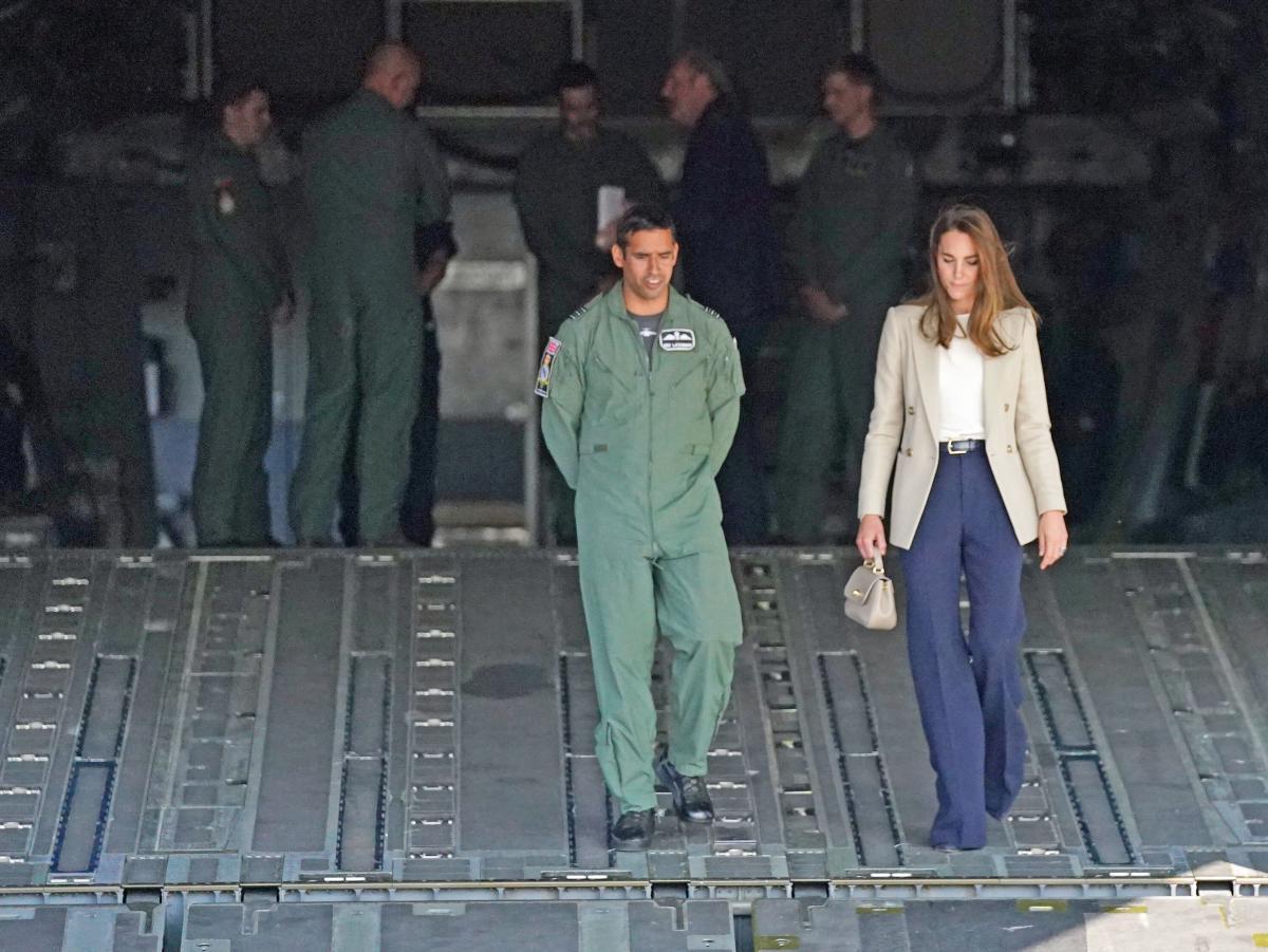 На авіабазі герцогиня поспілкувалась з військовими \ фото REUTERS