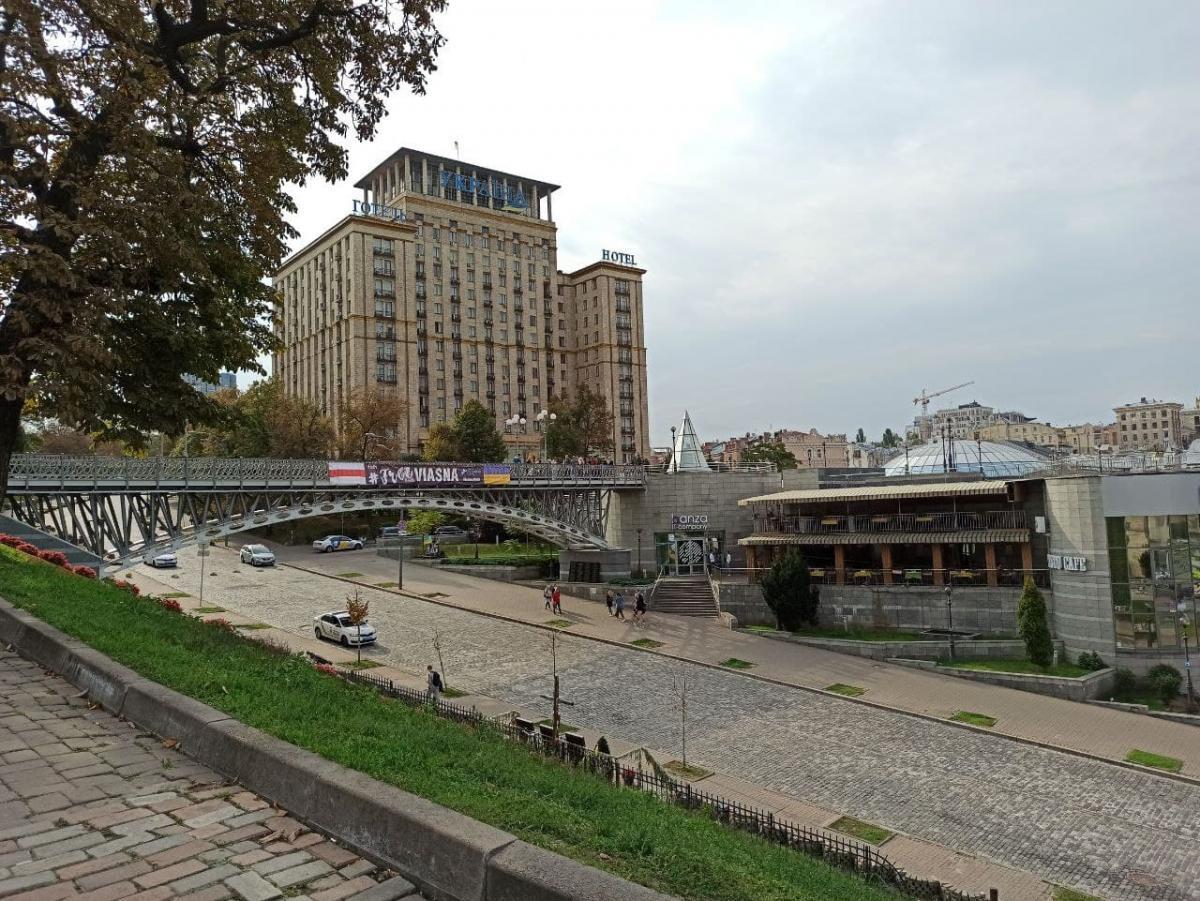 """На мосту вивісили банер із написом """"FreeViasna""""/фото УНІАН/ Антоніна Доломанжи"""