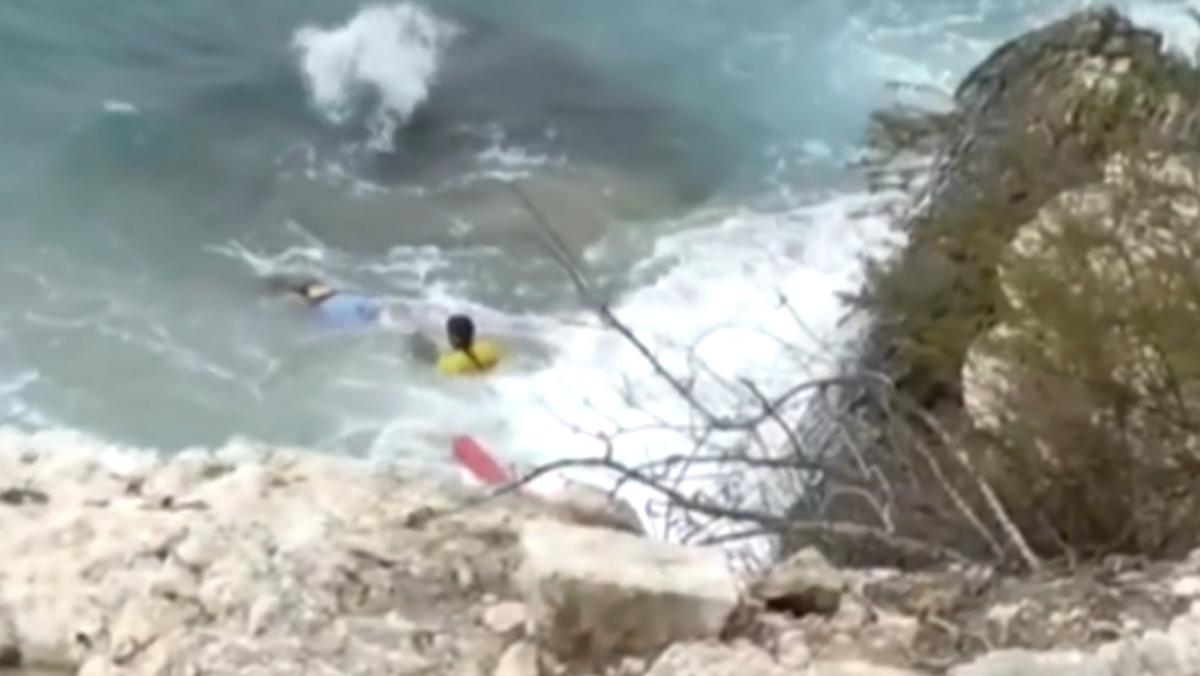 Рятувальники витягли дівчину з води / Скриншот