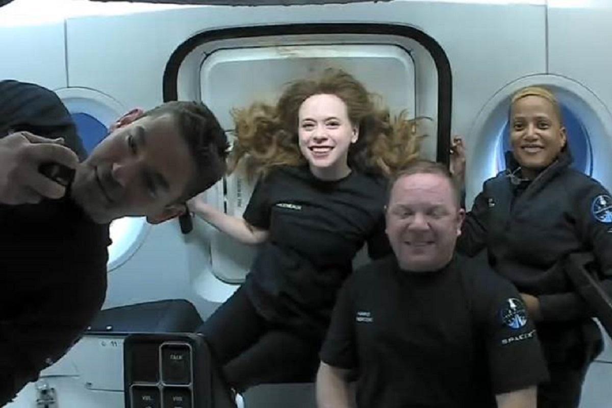 Экипаж Crew Dragon, в которомнет ни одного профессионального астронавта, чувствует себя хорошо / фото - twitter.com/SpaceX