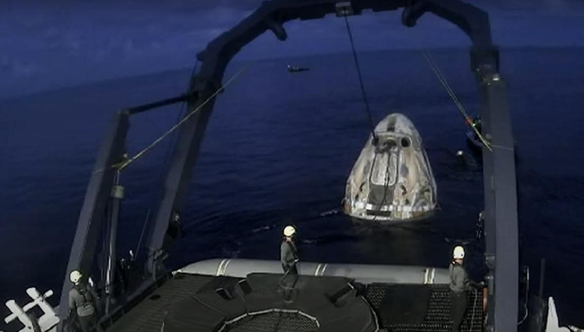 После приводнения космический корабль достали из воды и подняли на палубу судна / скриншот
