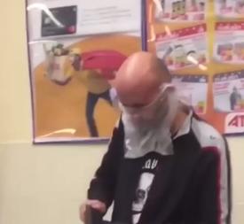 """В АТБ в Херсоні зняли чоловіка в креативній """"масці"""" / Скріншот"""