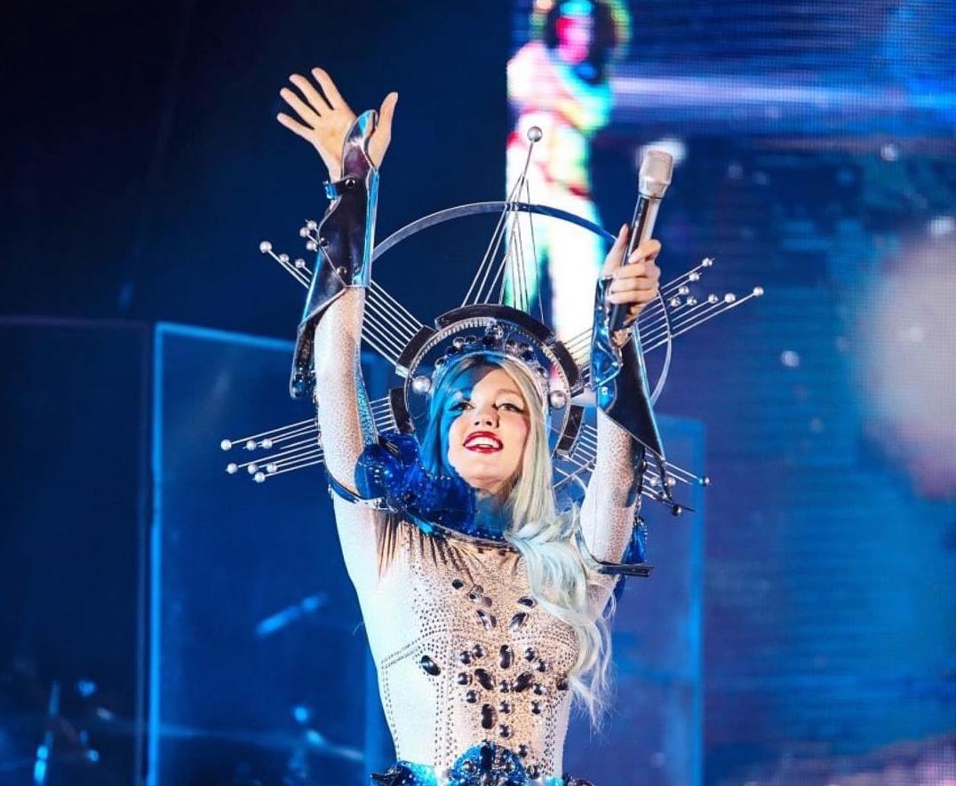 Полякова протянула спину во время концерта / instagram.com/polyakovamusic