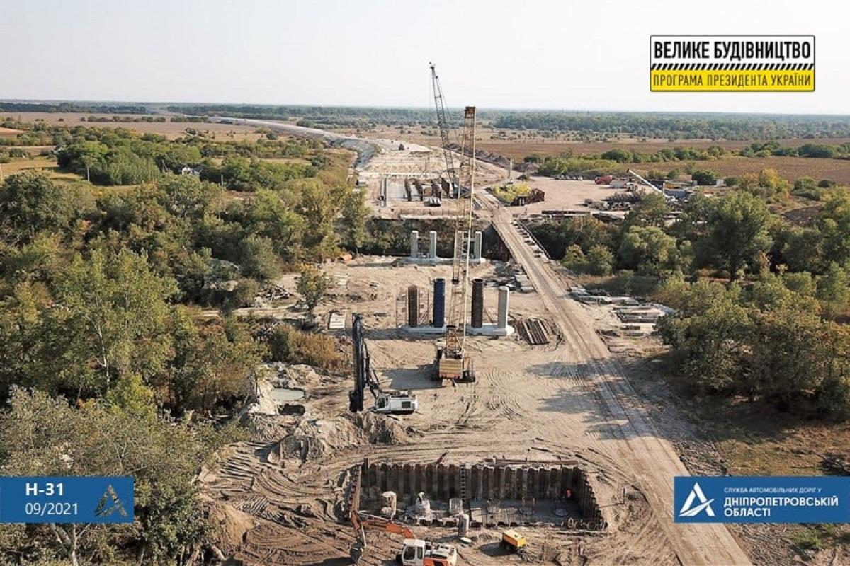 Мостовики зводять унікальну естакаду через ріку Оріль / фото facebook.com/dnipro.ukravtodor