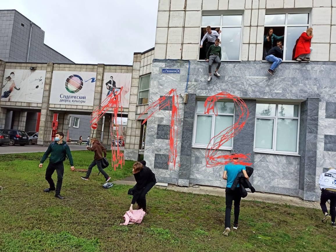 Студенти залишають будівлю через вікна / фото Telegram-канал 112