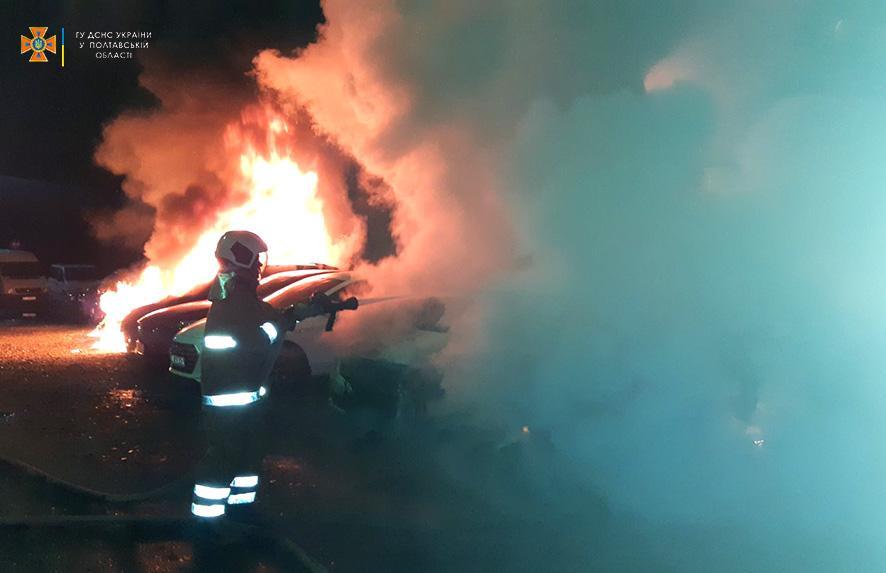 В Полтаве был масштабный пожар, повреждены шесть машин/ фото pl.dsns.gov.ua