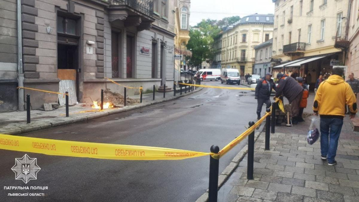 Во Львове загорелся газопровод посреди улицы / фото t.me/lvivpatrolpolice