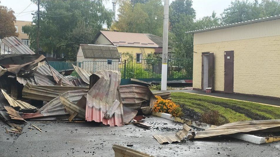 Вогонь знищив дах та перекриття закладу площею 500 кв. м. Епіцентром пожежі став спортзал / фото suspilne.media