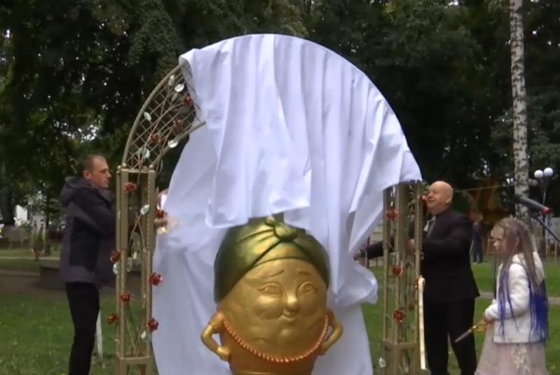Відкриття пам'ятника відбулося на традиційному фестивалі картоплі / Фото ТСН.uа