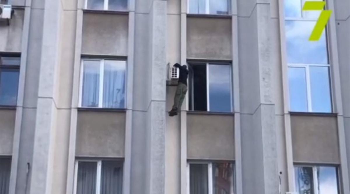 У результаті чоловік сліз з підвіконня в приміщення / скріншот з відео