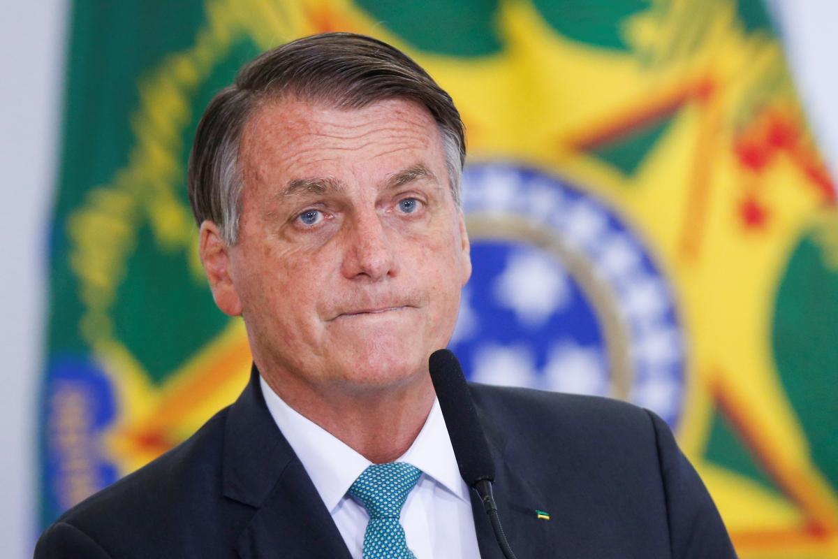 Бразильскому президенту пришлось есть на улице \ фото REUTERS