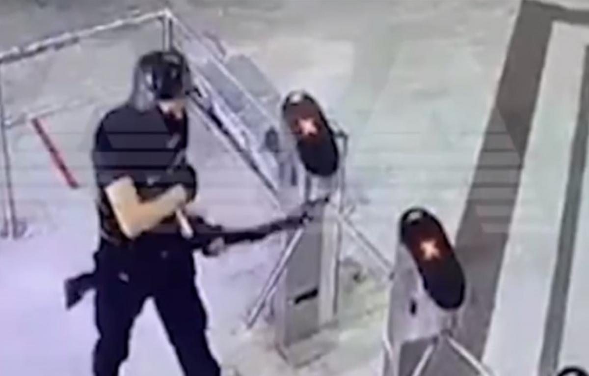 Тимур с детства был знаком с оружием/ скриншот из видео