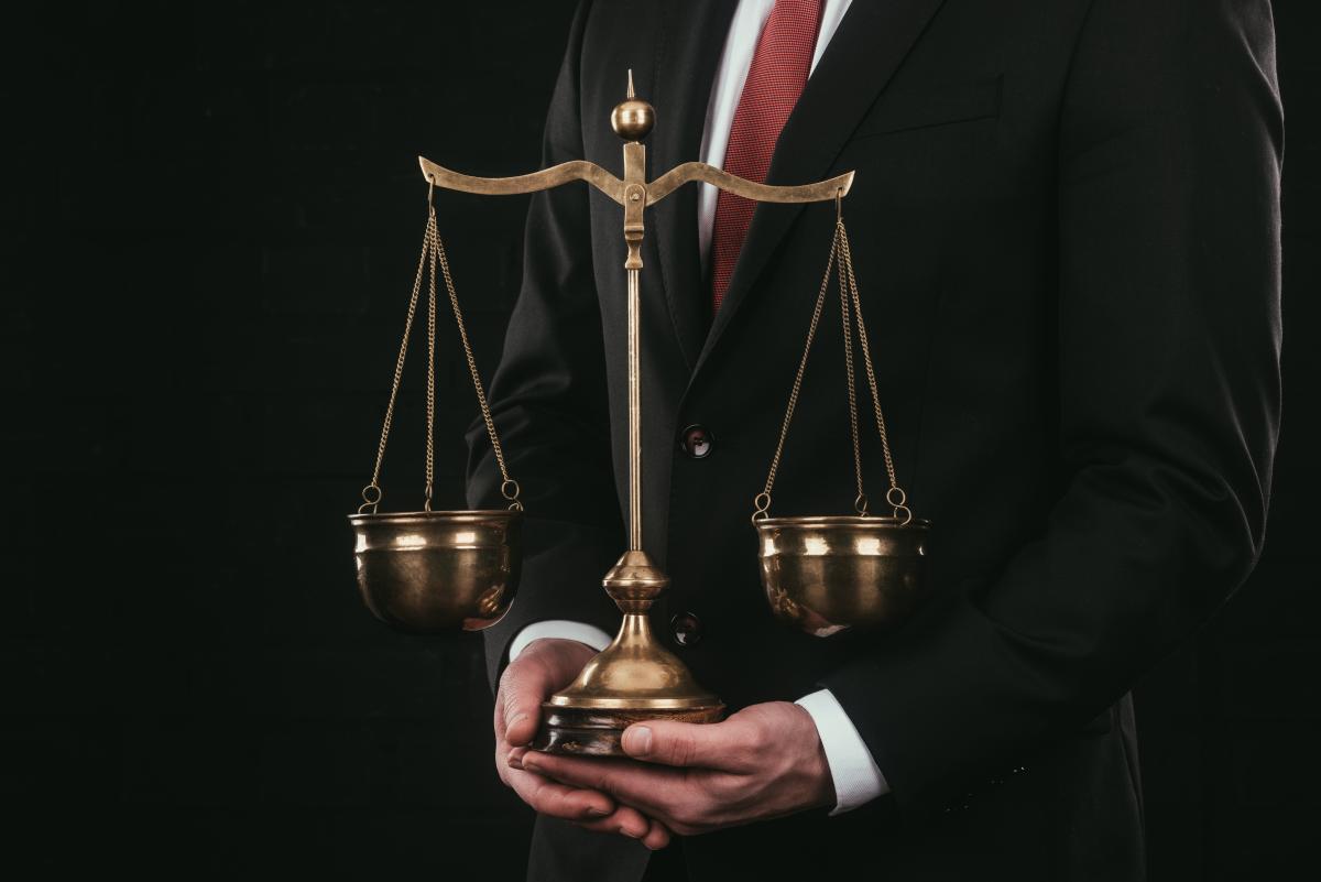 Украинцы корень зла в судебной системе видят в коррупции, отметил эксперт / фото ua.depositphotos.com