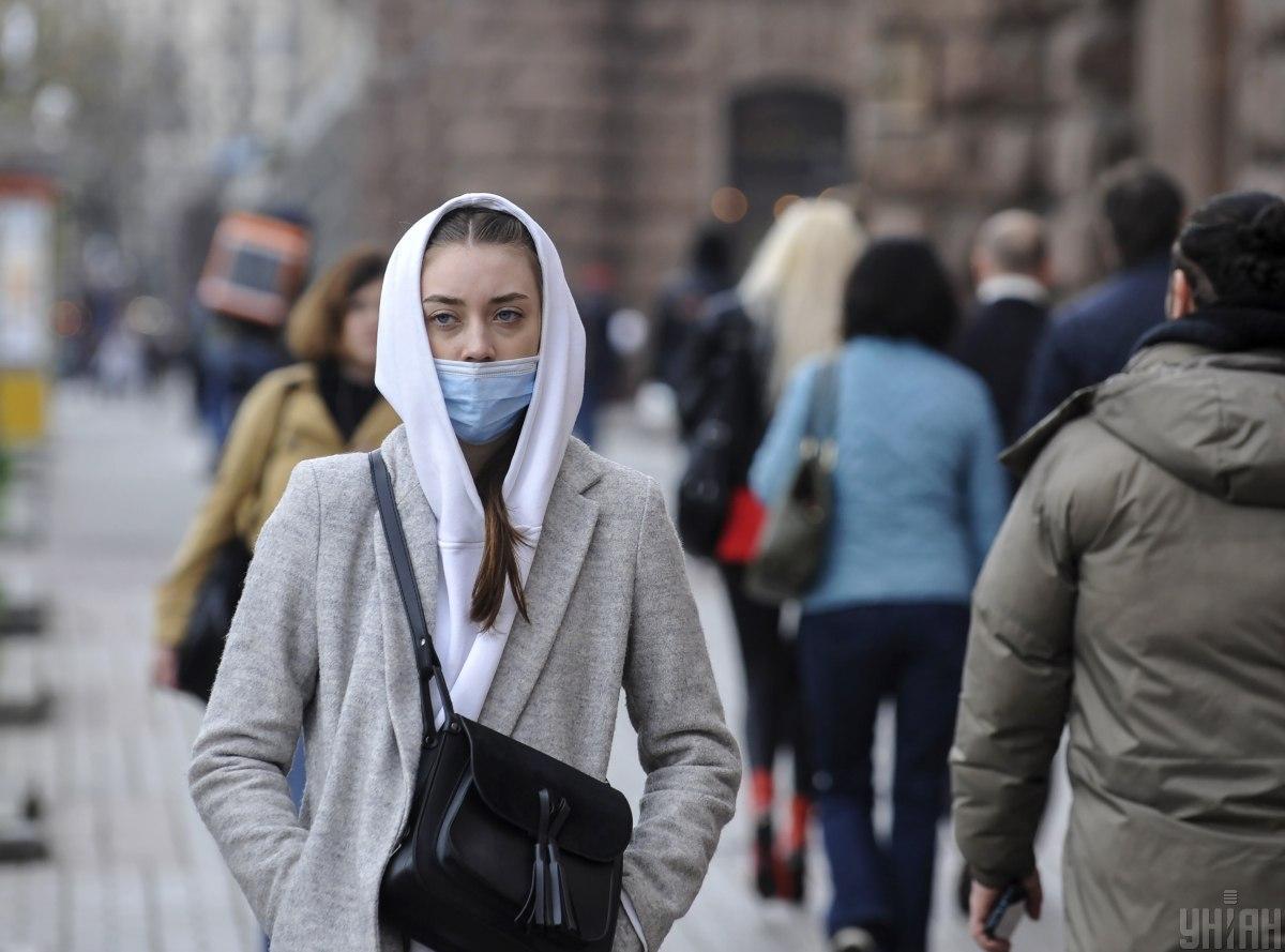 Люди на улицах ведут себя так, будто пандемия уже закончилась / фото - УНИАН, Сергей Чузавков