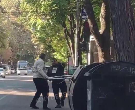 В Одесі чоловіки билися милицями / Скріншот