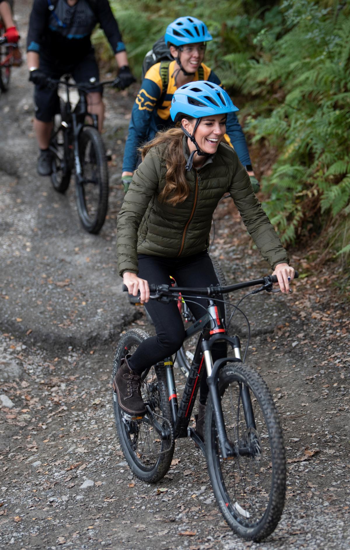 Кейт Миддлтон на велосипеде в графстве Камбрия / фото REUTERS