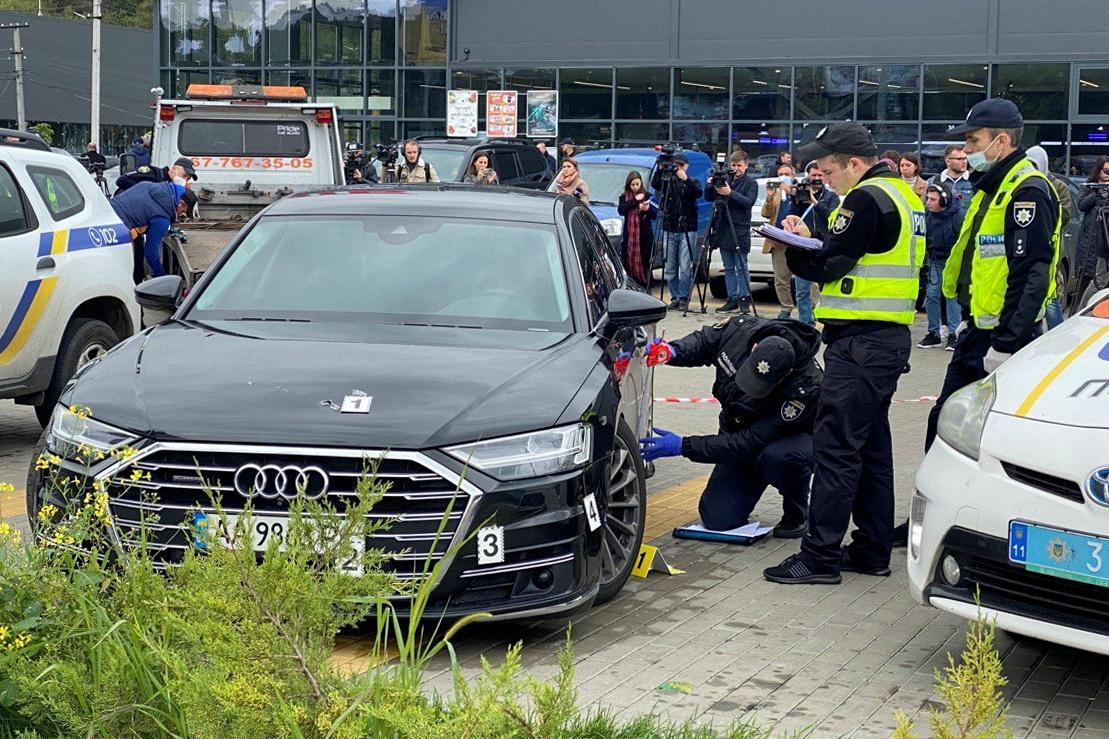 Неизвестные обстреляли авто Сергея Шефира / фото REUTERS