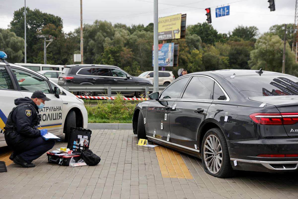 После стрельбы по авто, в котором ехал Сергей Шефир, раненый водитель смог проехать примерно пять километров / фото Reuters