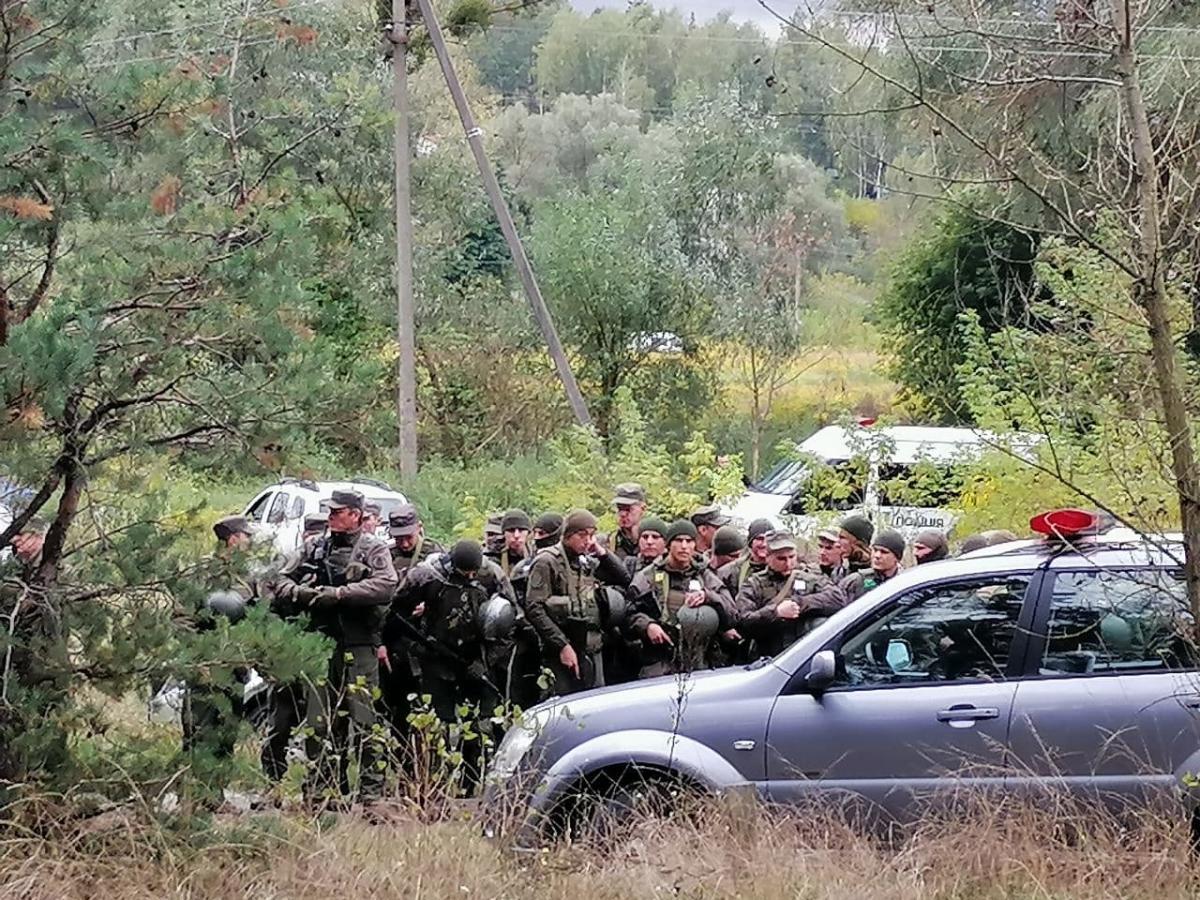 Правоохоронці намагаютьсязнайти зброю або якісь інші зачіпки на місці замаху/ фото УНІАН
