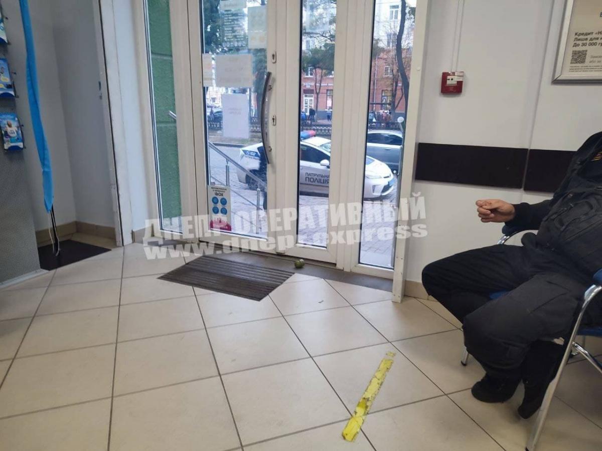 """Чоловік кинув на підлогу в банку муляж гранати / фото """"Дніпро оперативний"""""""